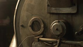 Rôtissoire de grain de café au travail dans une salle de production