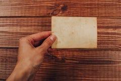 R?tro quelques vieilles photos sur la table en bois photo stock