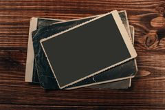 R?tro quelques vieilles photos sur la table en bois photo libre de droits