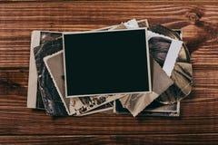 R?tro quelques vieilles photos sur la table en bois images stock