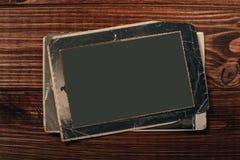 R?tro quelques vieilles photos sur la table en bois photographie stock