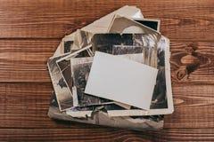 R?tro quelques vieilles photos sur la table en bois photographie stock libre de droits