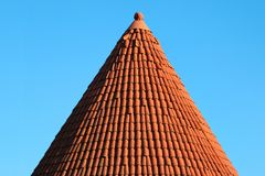 R?tt belagt med tegel koniskt tak av ett torn royaltyfri foto