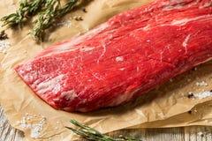 R?tt gr?s Fed Flank Steak royaltyfria bilder