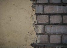 R?tt murverk under betongv?ggen Texturerad suface h?lft m?lad v?gg Bakgrund Sprickor och k?rvhet royaltyfria foton