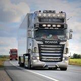 r U Nostalgie de Scania R620 d'itinéraire dans le convoi de camions photo stock