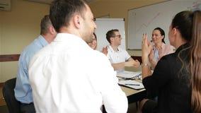 R?union cr?ative d'?quipe d'affaires dans le bureau moderne Groupe de personnes avec l'aspect caucasien fonctionnant ensemble sur banque de vidéos