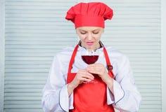 r Vilket vin som tjänar som med matställen Hur man matchar vin och mat som expert Det flickakläderhatten och förklädet tycker om arkivfoto