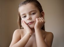 R w górę pięknej dziewczyny wewnątrz fotografia stock