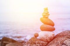 R?wnowaga, relaks i wellness: Kamienny kopiec outside, ocean w rozmytym tle sunshine obraz royalty free