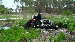 Raça através do pântano em um ATV video estoque