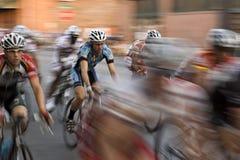Raça da bicicleta do centro urbano do por do sol em Austin, TX Imagem de Stock