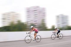 Raça da bicicleta. motion.panning borrado fotografia de stock