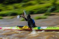 Raça da canoa do borrão da pá Fotos de Stock Royalty Free