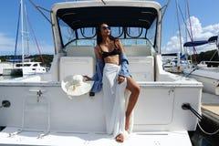 A raça da mistura bronzeou-se a caminhada da mulher da pele ao longo dos iate luxuosos em Marina Ba fotos de stock royalty free
