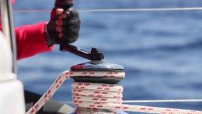 Raça da navigação yachting Barco luxuoso que viaja no mar Mediterrâneo (HD) vídeos de arquivo