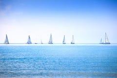 Raça da regata do iate do barco de navigação na água do mar ou do oceano Imagens de Stock Royalty Free