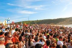 Raça de barco de observação da multidão em Portugal com montanhas e no oceano no fundo Imagens de Stock