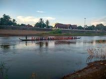 Raça de barco longa da competição em Nan River em Nan, Tailândia Fotos de Stock