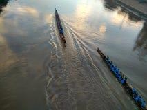 Raça de barco longa da competição em Nan River em Nan, Tailândia Fotos de Stock Royalty Free