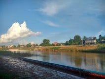 Raça de barco longa da competição em Nan River em Nan, Tailândia Imagens de Stock Royalty Free