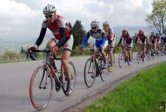 Raça de bicicleta da estrada para cavaleiros novos nas montanhas Fotografia de Stock