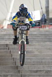 Raça de bicicleta em declive urbana Fotografia de Stock Royalty Free