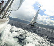 Raça de iate no clima de tempestade sailing Imagem de Stock Royalty Free