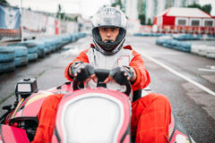 A raça de Karting, vai motorista do carro no capacete Fotos de Stock Royalty Free