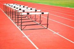 Raça de obstáculo na trilha do estádio foto de stock royalty free