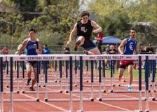 A raça de obstáculos altos dos homens está ligada fotografia de stock royalty free