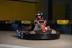 Raça de pressa de Karting das barreiras de Kart e de segurança fotos de stock royalty free