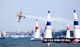 Raça do ar de Red Bull no porto de New York Foto de Stock