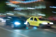 Raça do táxi na noite imagens de stock