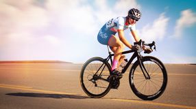 Raça fêmea do ciclista Fotografia de Stock Royalty Free