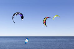 Raça kitesurfing da água Fotografia de Stock Royalty Free