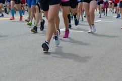 Raça running da maratona, muitos pés dos corredores na estrada, esporte, aptidão e estilo de vida saudável imagem de stock royalty free