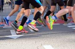 Raça running da maratona, pés na estrada, conceito dos povos do esporte Imagens de Stock Royalty Free