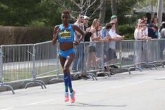 Raças de Diane Nukuri Burundi na maratona de Boston o 17 de abril de 2017 Imagens de Stock Royalty Free
