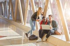 3 raças misturadas novas de grupo dos empresários ou de estudantes dos adultos ao redor Imagem de Stock Royalty Free