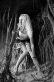 Raíces de la muchacha y del árbol Foto de archivo