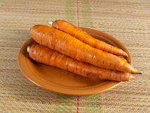 Raíz de la zanahoria en una placa Fotos de archivo