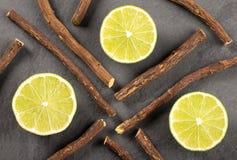 Raíz de regaliz y limón - glabra del Glycyrrhiza Espacio del texto imagen de archivo