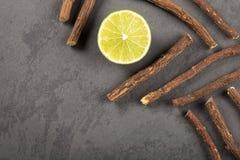 Raíz de regaliz y limón - glabra del Glycyrrhiza Espacio del texto fotos de archivo