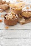 Raíz del jengibre, pedazos del caramelo del jengibre y especia frescos del jengibre Imagen de archivo