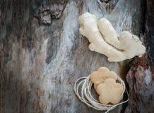 Raíz del jengibre y galletas del jengibre Foto de archivo libre de regalías