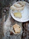 Raíz del jengibre y galletas del jengibre Fotografía de archivo libre de regalías