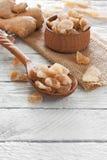 Raíz del jengibre y pedazos frescos del caramelo del jengibre Fotografía de archivo libre de regalías