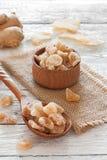 Raíz del jengibre y pedazos frescos del caramelo del jengibre Foto de archivo