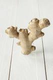 Raíz fresca del jengibre en la tabla de madera rústica blanca Fotos de archivo libres de regalías